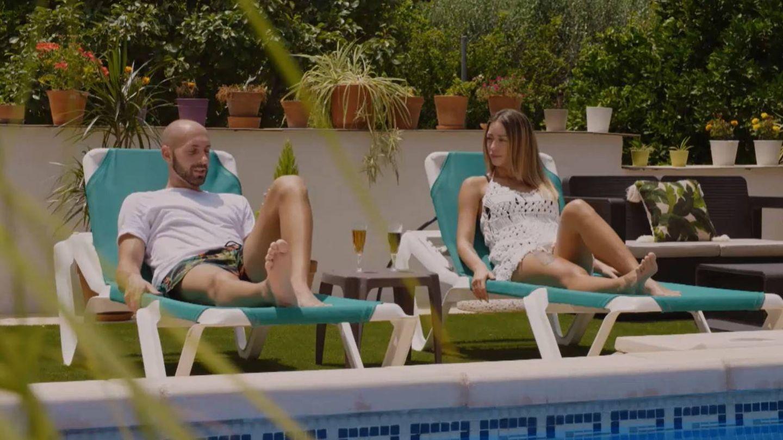 Pablo y Mayka, descansando en la piscina. (Mediaset)