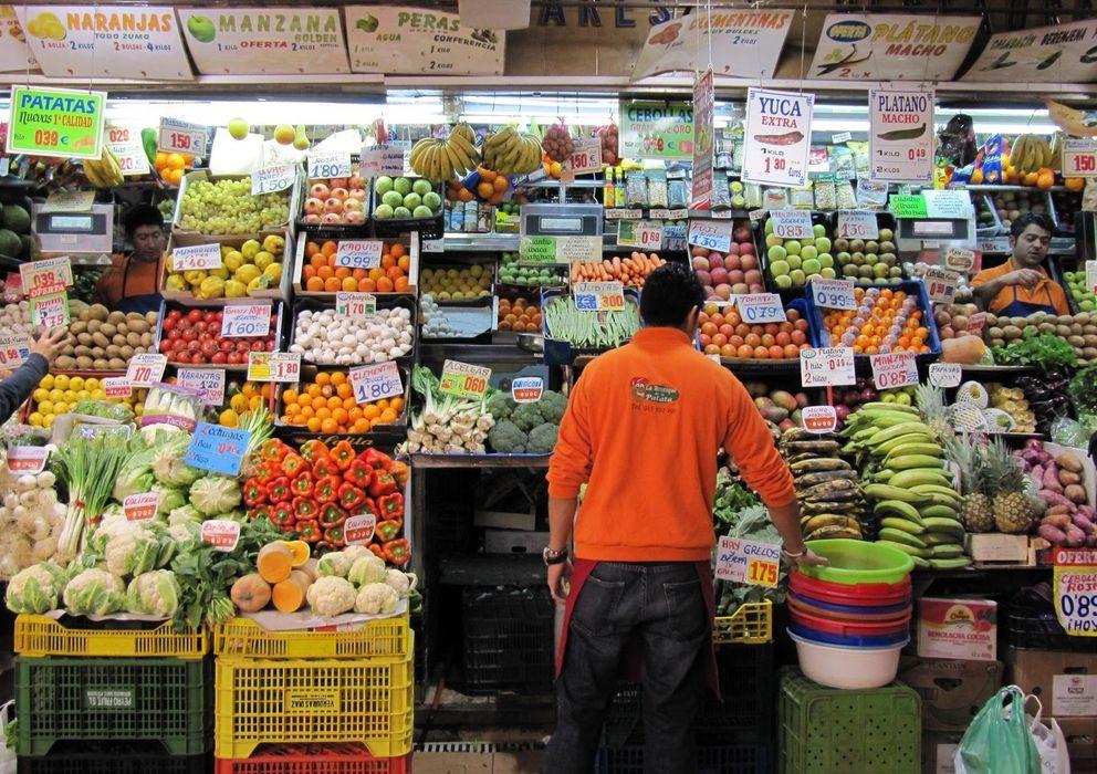 Foto: Dependiente de una frutería de Madrid.