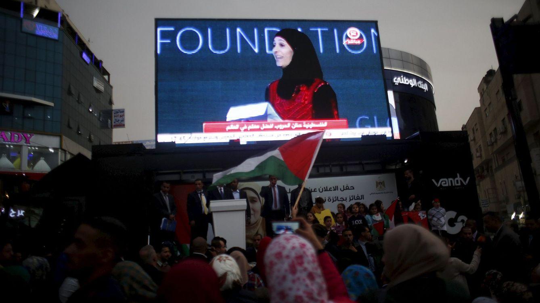 Foto: Palestinos observan en una pantalla a la profesora Al-Hroub recibir el Global Teacher Prize. (Reuters/Mohamad Torokman)