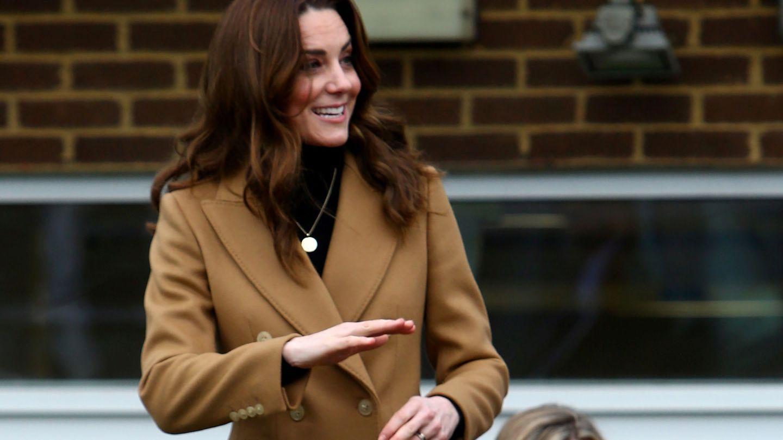 Kate Middleton luce una medalla en la que están grabados los nombres de sus hijos. (Reuters)