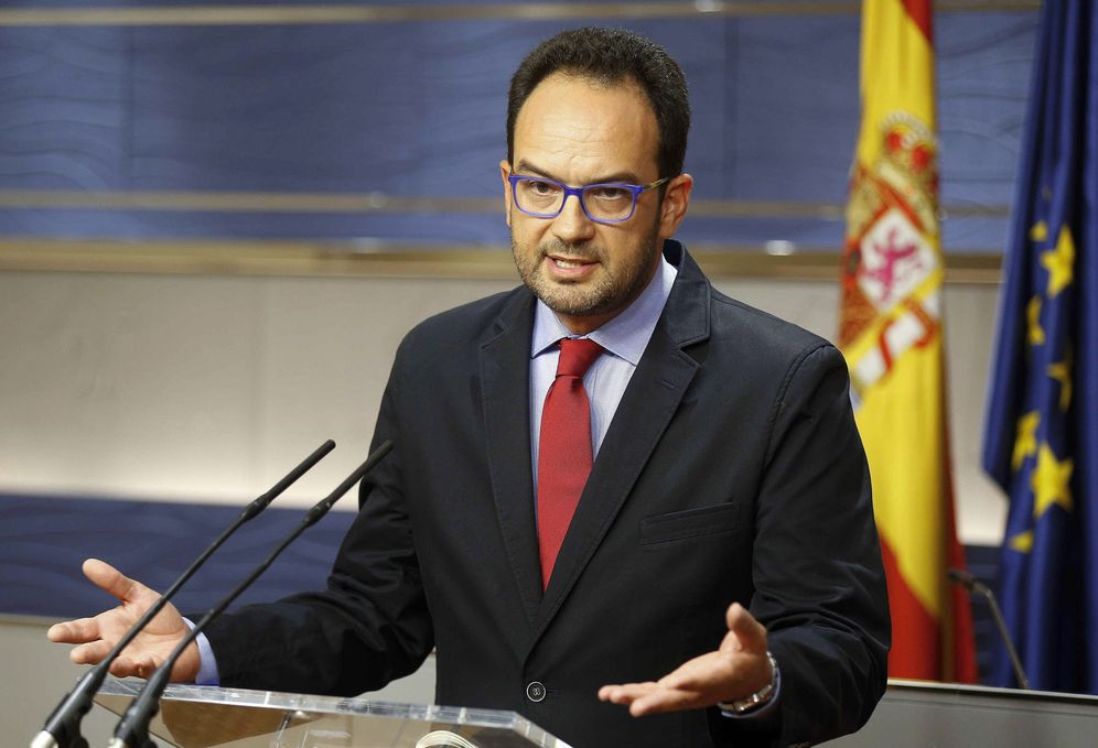 Foto: Antonio Hernando, durante su rueda de prensa en el Congreso posterior a la comparecencia de Mariano Rajoy en La Moncloa. (EFE)