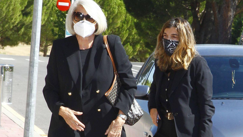 Xandra Falcó llega al tanatorio con su madre. (Cordon Press)