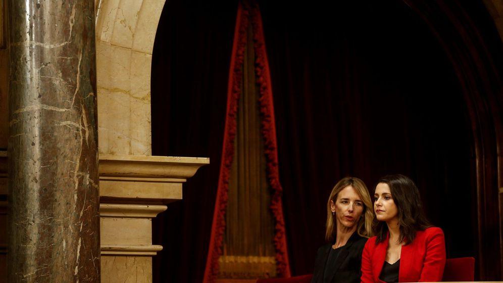 Foto: Cayetana Álvarez de Toledo (i) e Inés Arrimadas, en la tribuna del Parlament. (EFE)