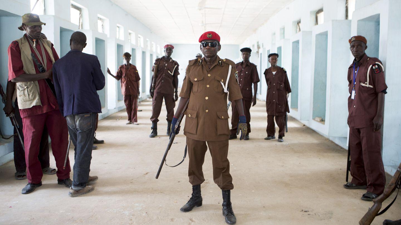 Miembros de un grupo de 'vigilantes' formado por cazadores para combatir a Boko Haram posan en Maiduguri, Nigeria (Reuters).
