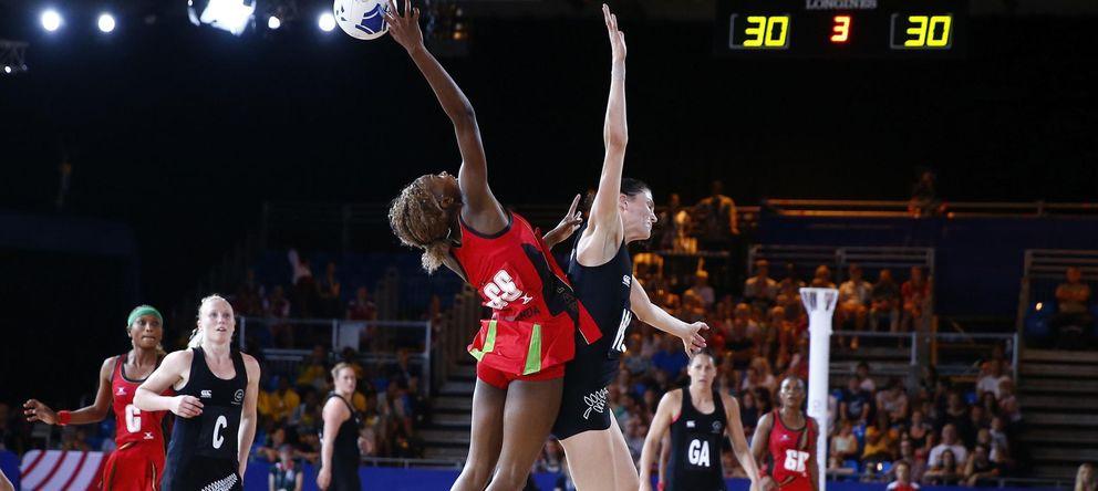 Foto: Mwai Kumwena lucha por hacerse con un balón con la escocesa Joline Henry durante el partido que enfrentó a Malawi y Escocia en los presentes Juegos de la Common