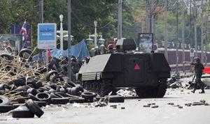 Cuatro muertos y 50 heridos en el choque entre Ejército y 'camisas rojas' en Bangkok