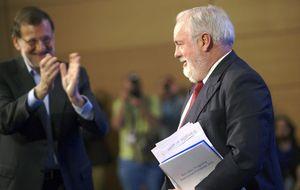 Rajoy cierra filas con Cañete, el candidato que el PSOE no quería