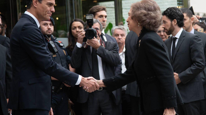 La Reina saluda a Pedro Sánchez en el funeral de Caballé. (Cordon Press)