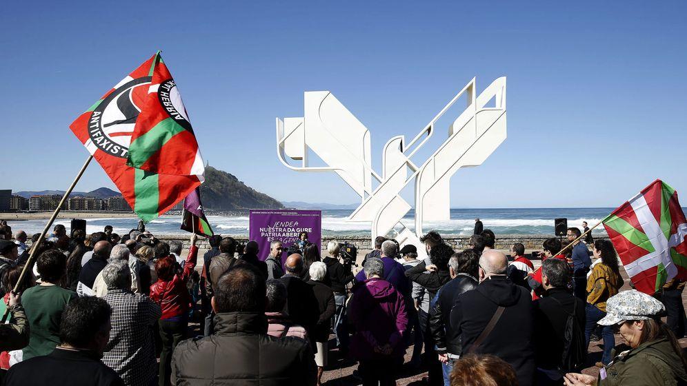 Foto: Podemos celebra el Aberri Eguna en 2016 con un acto político ante la 'Paloma de la paz' en San Sebastián. (EFE)