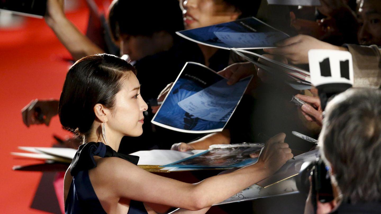 La actriz Yuko Takeuchi firman autógrafos en el Festival de cine de Japón (REUTERS)