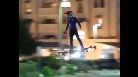 Graban a un hombre volando en un drone sobre el tráfico