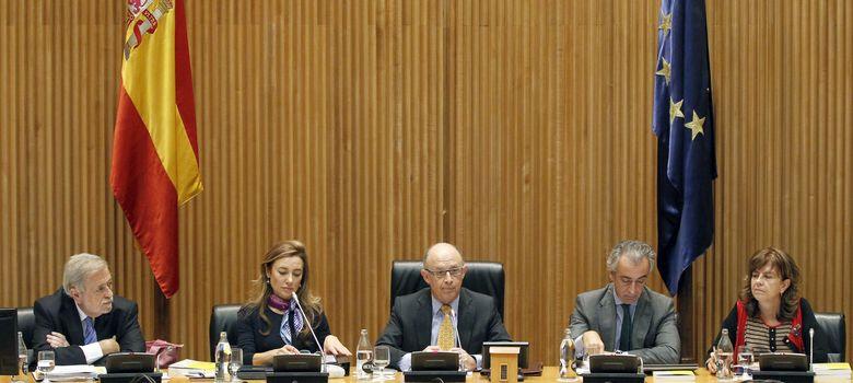 Foto: El ministro de Hacienda y su equipo durante la presentación de los PGE (Efe)