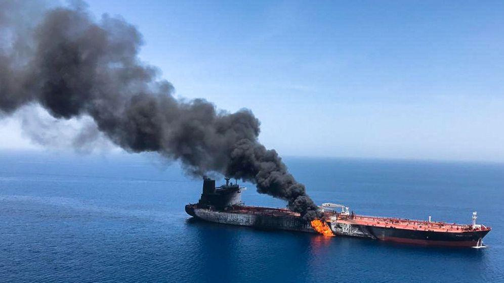 Foto: Petrolero ardiendo en Omán. (Reuters)
