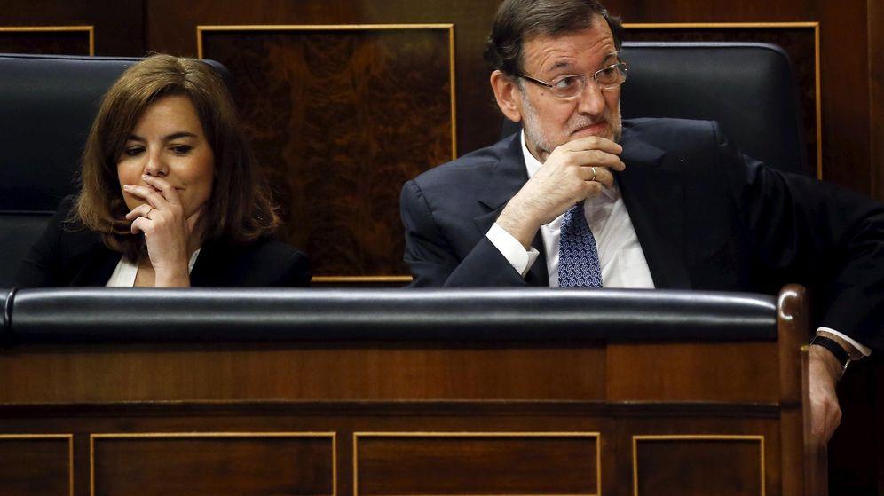 Foto: La vicepresidenta Soraya Sáenz de Santamaría junto a Mariano Rajoy, presidente del Gobierno. (Reuters)