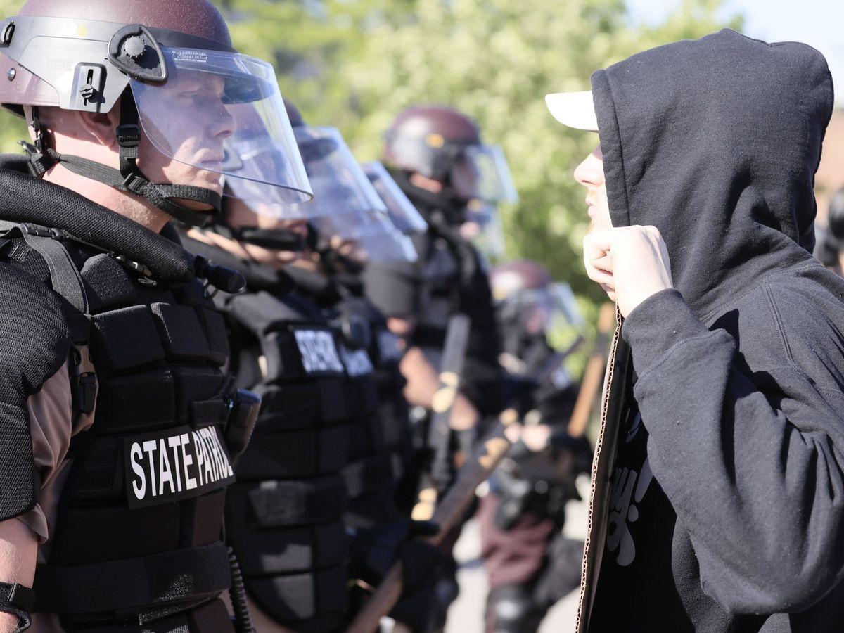Foto: Manifestantes se enfrentan a la Patrulla Estatal. (EFE)