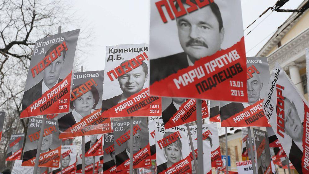Foto: Miembros de la oposición rusa enarbolan carteles con individuos sancionados por la Ley Magnitsky, en Moscú, en enero de 2013. (EFE)