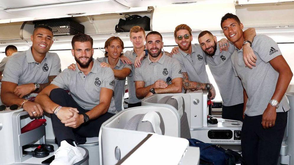 Foto: Los jugadores del Real Madrid en el avión con rumbo a Montreal. (foto vía Realmadrid)