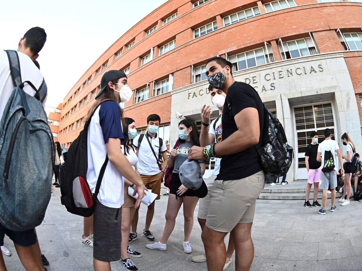 Foto: Varios estudiantes en la Facultad de Físicas de la Complutense en Madrid. (EFE)