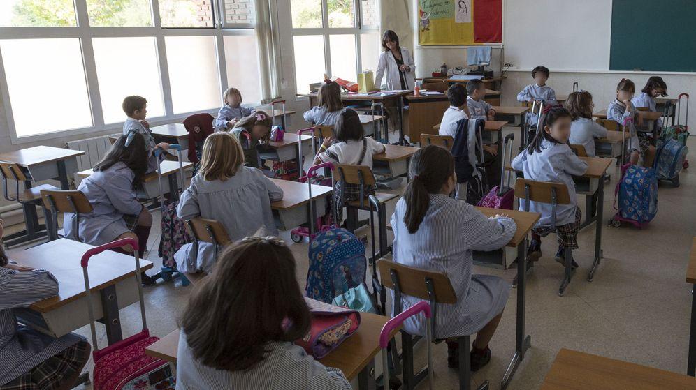 Foto: Una profesora da clase en un colegio público de Castilla y León. (Efe)