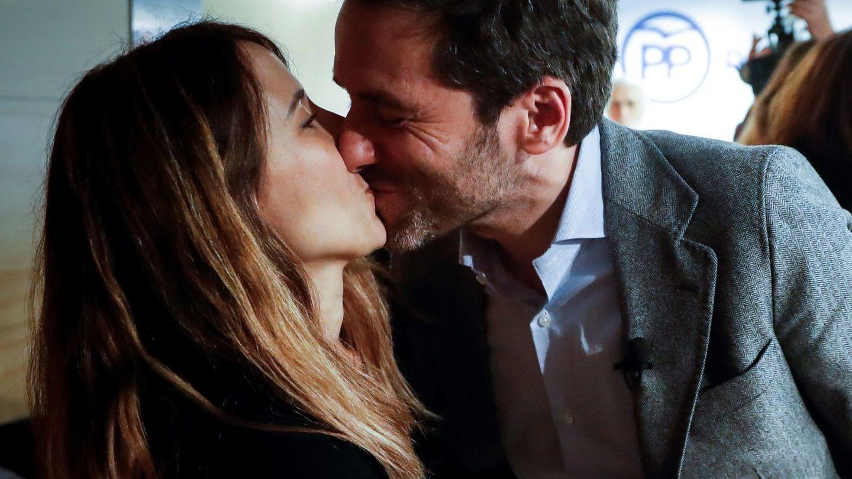 Borja Sémper, junto a su mujer, Bárbara Goenaga. (EFE)