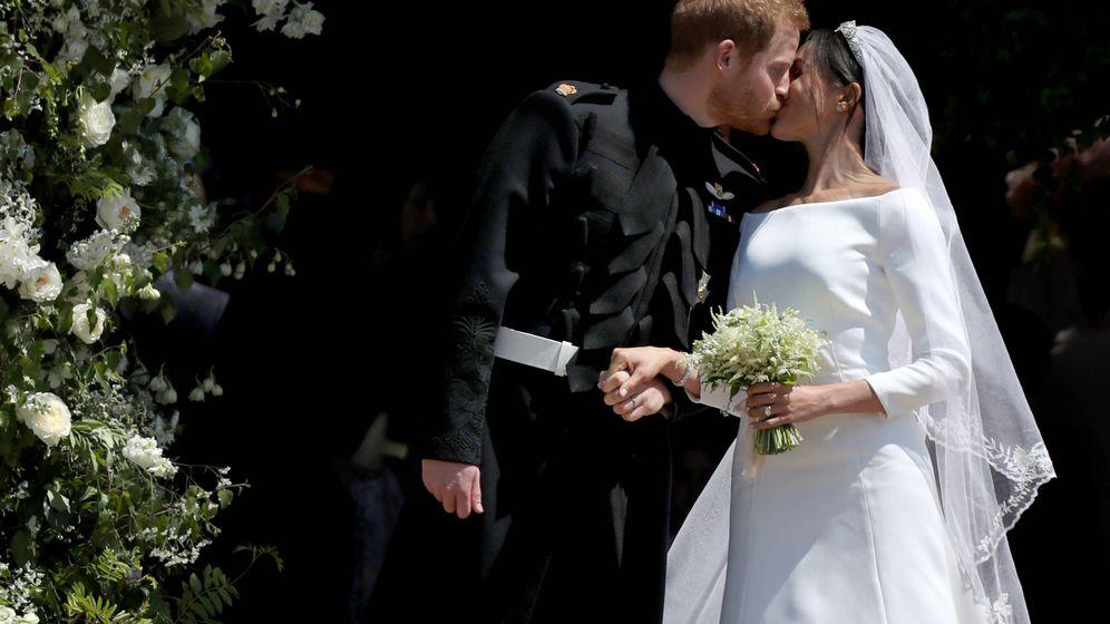 Foto: Los duques de Sussex se besan al salir de la capilla de St George. (Getty)