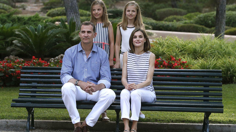 Felipe VI y la reina Letizia posan con la princesa Leonor y la infanta Sofía. (EFE)