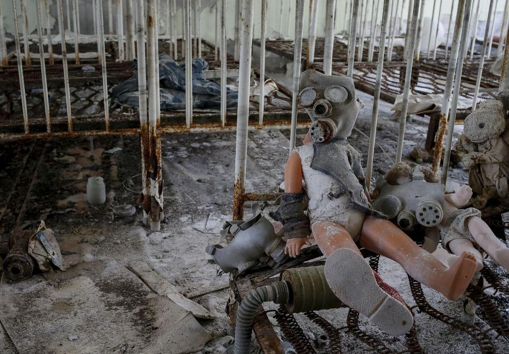 Foto: Una muñeca con una máscara antigás en la ciudad abandonada de Pripiat, junto a la planta nuclear de Chernóbil, en marzo de 2016 (Reuters)