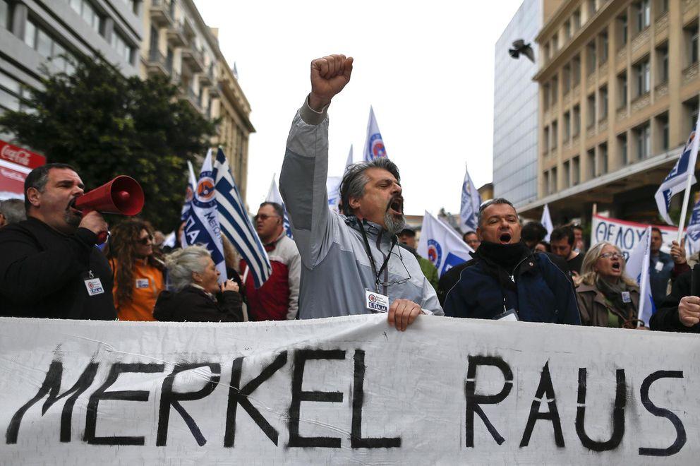 Foto: Manifestantes protestan por la visita de la canciller Angela Merkel a Atenas, en abril de 2014. (Reuters)
