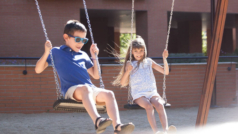 Aryna, junto a su hermano de acogida Marcos. (Enrique Villarino)