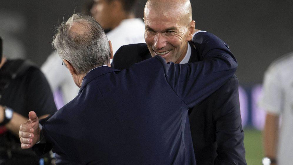 Foto: Florentino abraza a Zidane tras cosechar el campeonato de Liga. (Cordon Press)