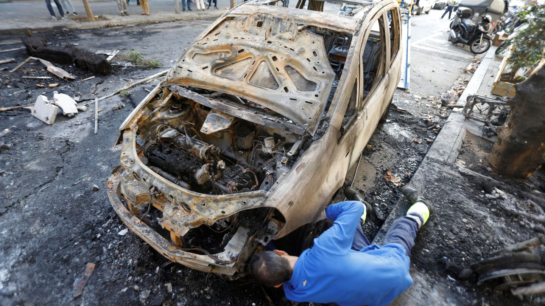 Un coche calcinado. (Reuters)