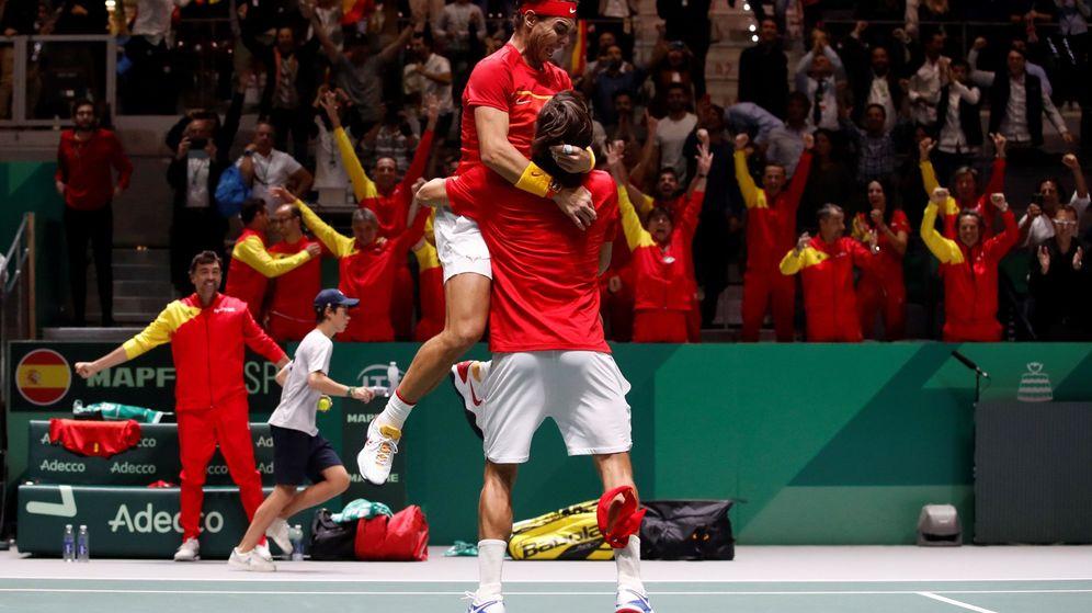 Foto: Rafa Nadal y Feliciano López celebran emocionados el pase a la final de la Davis. (EFE)