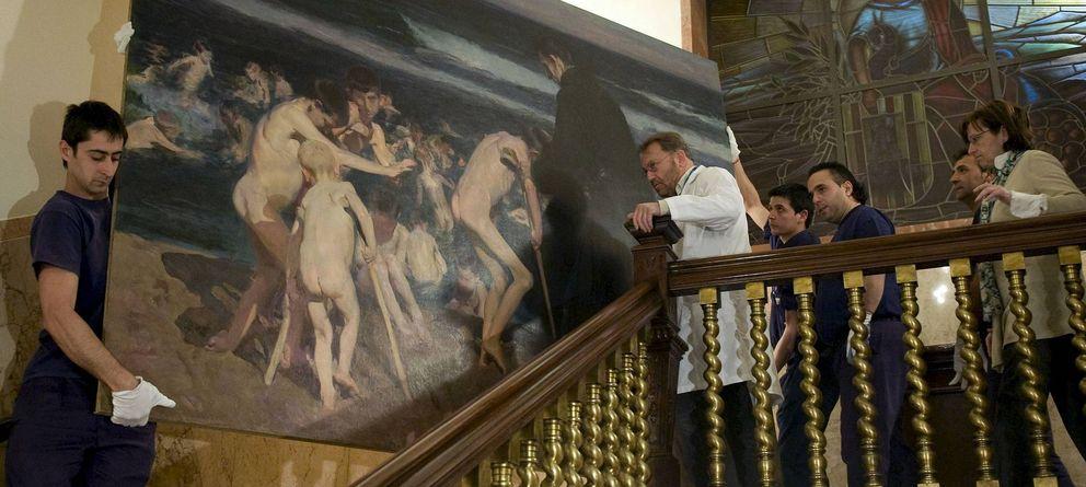 Foto: Unos operarios trasladan el lienzo de Sorolla, en Valencia. (Efe)