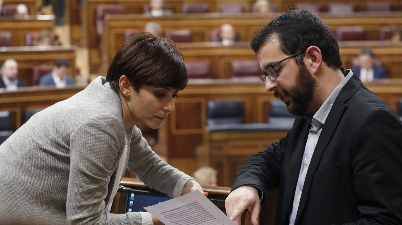 Los diputados de Compromís Ignasi Candela y del PSOE Isabel Rodríguez, en la Cámara Baja. (EFE)
