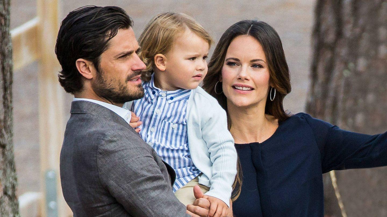 Sofia y Carlos Felipe de Suecia con su hijo Alexander. (Getty)