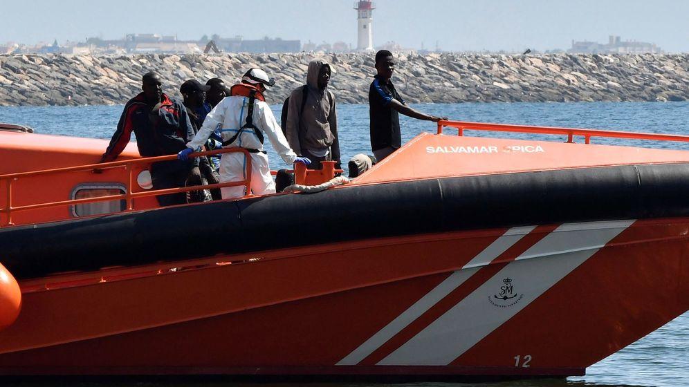 Foto: Salvamento Marítimo rescata a varias personas en el Mar de Alborán. (EFE)