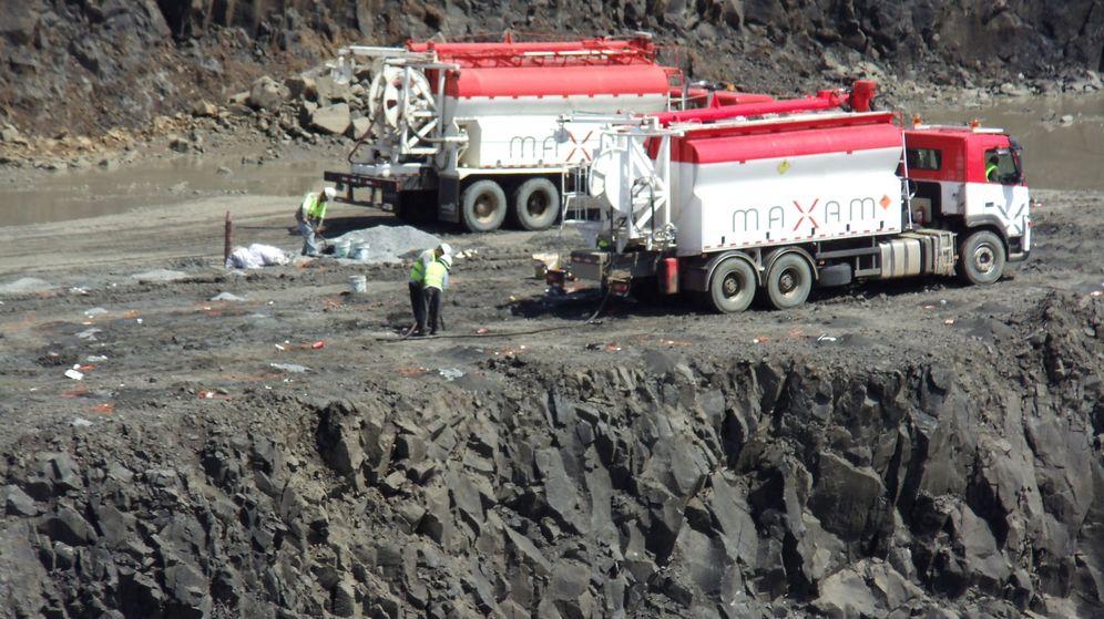 Foto: Camiones de Maxam trasladando componentes de explosivos para las voladuras (EFE)