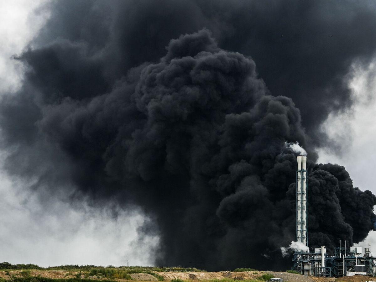 Foto: Fuego en el parque químico de Leverkusen. (EFE)