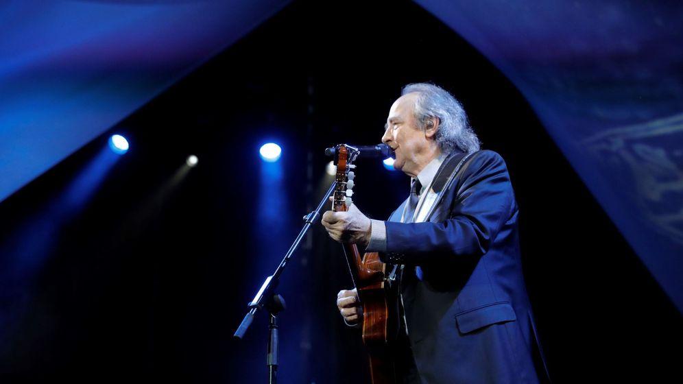 Foto: El músico y cantante Joan Manuel Serrat durante el concierto que ha ofrecido esta noche en el Real Jardín Botánico Alfonso XIII de Madrid. (EFE)