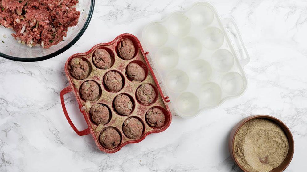 Foto: Preparar albóndigas en lote. (Snaps Fotografía)
