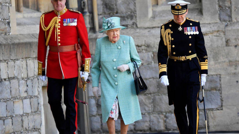 Isabel II acompañada de dos guardias durante el 'Trooping the Colour 2020'. (Getty)