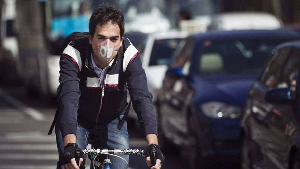 Foto: Un ciclista recorre la ciudad con una máscara anticontaminación. Foto: EFE