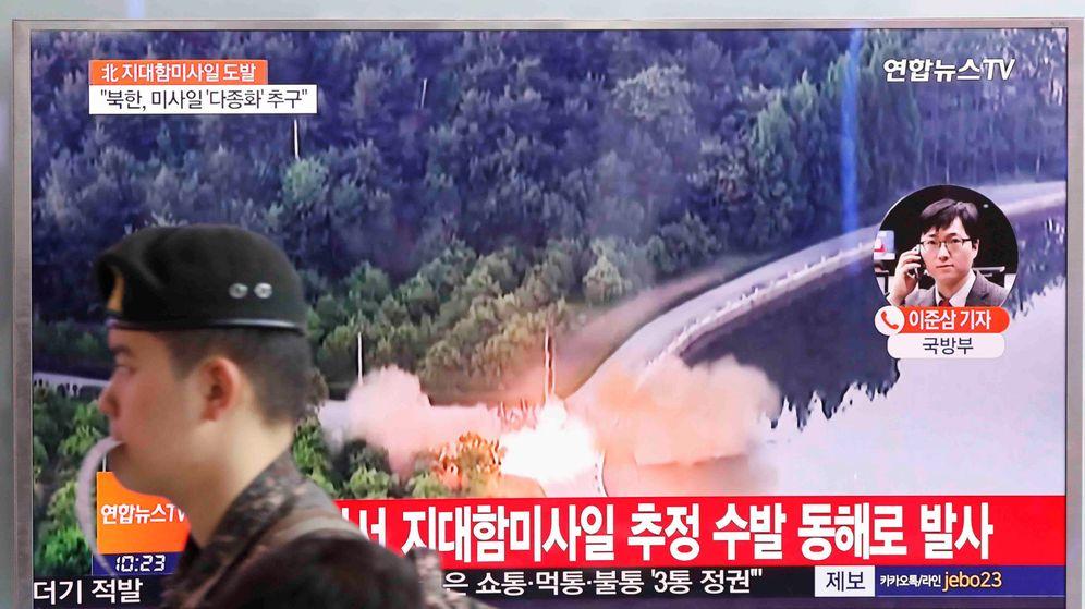 Foto: Un soldado surcoreano pasea frente a una televisión en la que se informa del nuevo lanzamiento de misiles por parte de Corea del Norte (Reuters)