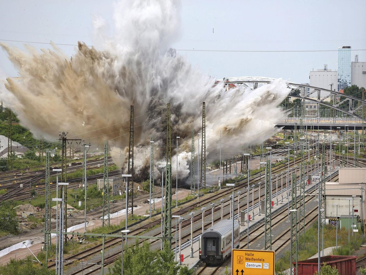 Foto: Imagen de archivo de la detonación de una bomba de la IIGM en Leipzig, en el año 2014. (EFE)