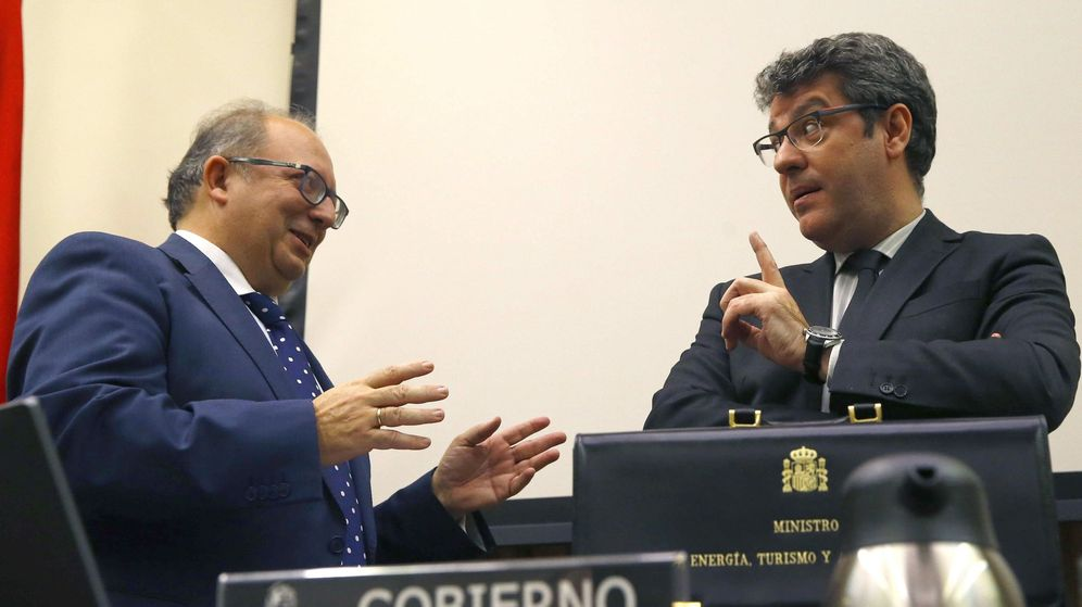 Foto: El ministro de Energía, Álvaro Nadal (d), momentos antes de su comparecencia en la comisión de Energía, Turismo y Agenda Digital del Congreso. (EFE)