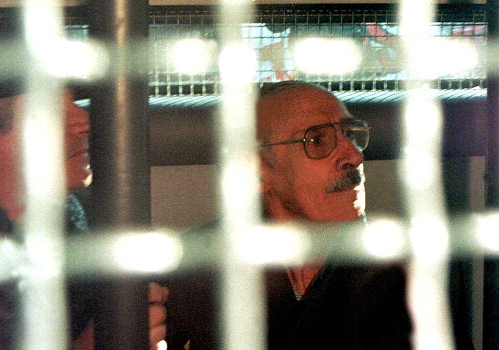 Foto: El ex dictador argentino Jorge Videla, en un furgón policial tras su detención en 1998 (Reuters)