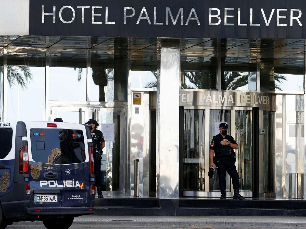 Foto: Controles policiales en la entrada del hotel Palma Bellver. (Reuters)