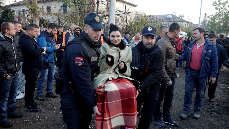 Equipos de emergencia rescatan a los ciudadanos heridos. (Reuters)