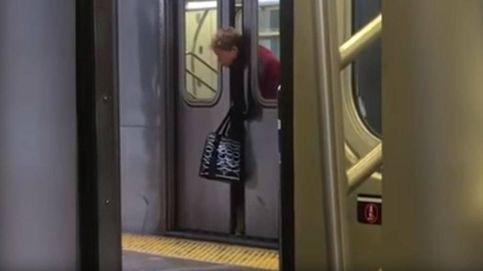 Se le queda atrapada la cabeza entre las puertas del metro de NY y nadie le ayuda
