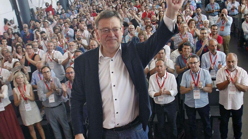 Foto: El reelegido secretario general de los socialistas valencianos, Ximo Puig, saluda a los delegados tras la clausura el XIII Congreso del PSPV-PSOE. (EFE)